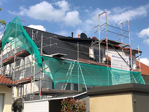 Dachbeschichtung Rot Beispiel bei der Arbeit